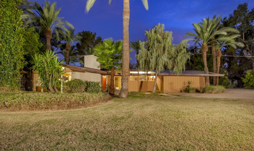 The exterior and lawn of this 1955 Al Beadle-designed property in Phoenix, AZ. Photo by Hi-Res Media.