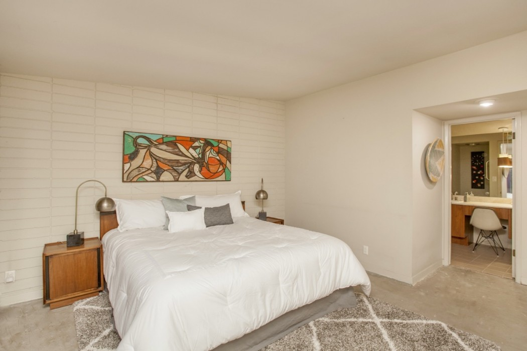 The open bedroom with the nearby patio of this 1955 Al Beadle-designed property in Phoenix, AZ. Photo by Hi-Res Media.