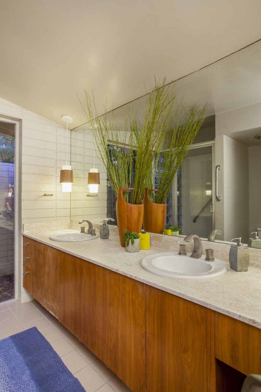 The attached bathroom next to the bedroom of this 1955 Al Beadle-designed property in Phoenix, AZ. Photo by Hi-Res Media.